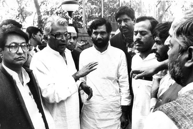 George Fernandes with Ram Vilas Paswan and Ajit Singh interacts with political workers in 1990