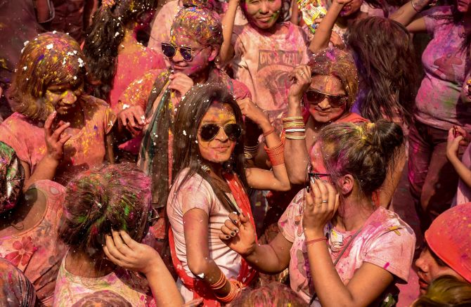 India News - Latest World & Political News - Current News Headlines in India - Colours splashed all over: People revel in Holi celebrations