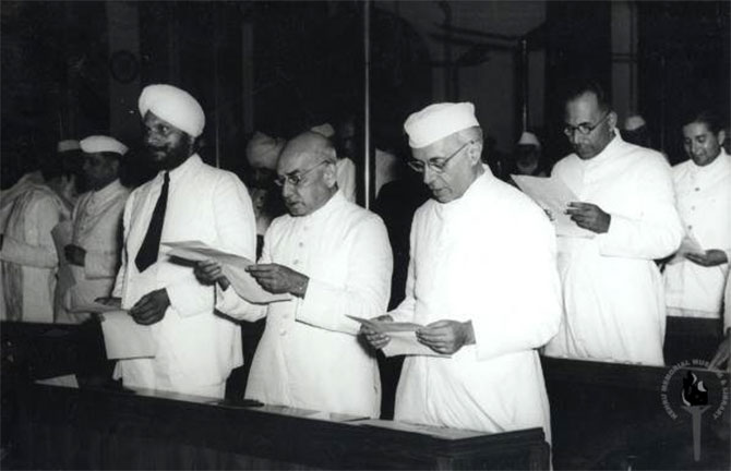 Nehru and members of the constituent assembly take a pledge midnight August 14-15