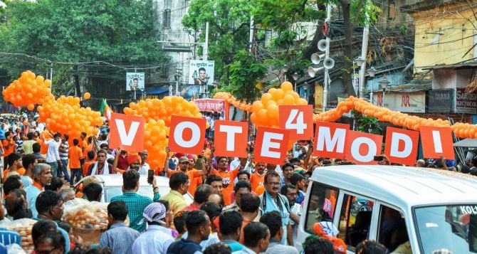 Saffron balloons and BJP flags lined Amit Anilchandra Shah's route in Kolkata, May 14, 2019. Photograph: ANI Photo