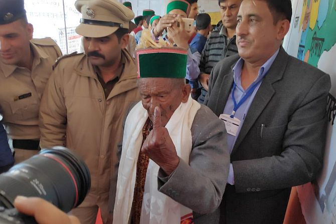 India's first voter Shyam Saran Negi casts his vote