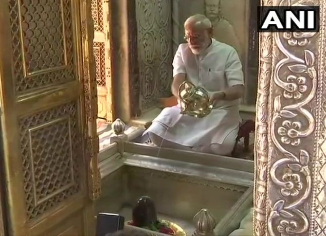 Modi offers prayers at Kashi Vishwanath temple
