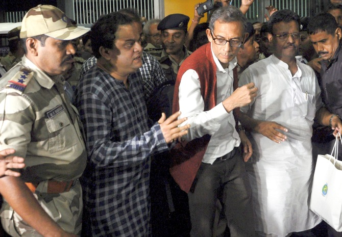 Abhijit Banerjee gets rousing welcome in Kolkata