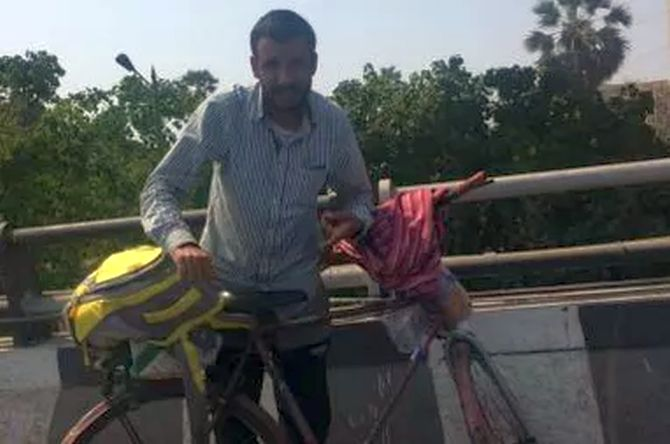 Man cycles from Mumbai to Jammu to meet sick father