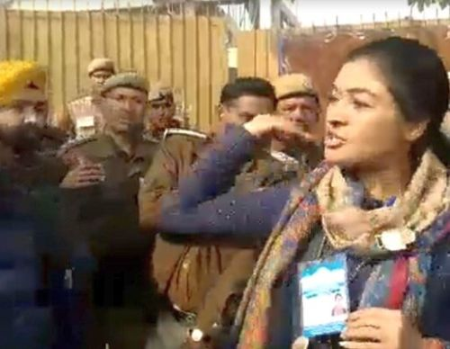 SEE: Cong's Alka Lamba tries to slap AAP worker