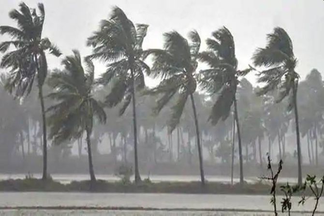 Cyclone makes landfall near Alibaug, to last for 3 hrs