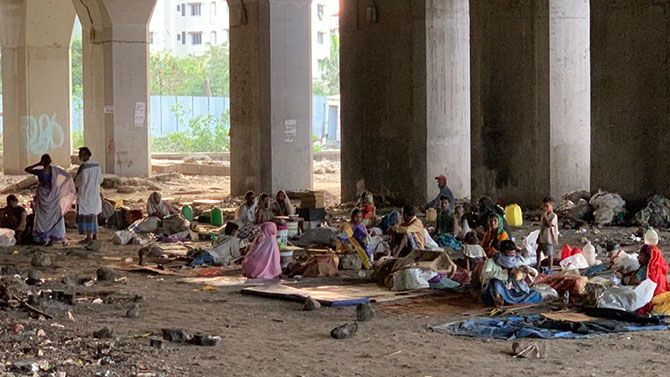 How migrants are staying under Lokmanya Tilak Terminus flyover