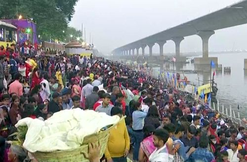 People offer 'Usha Arghya' at Patna College Ghat