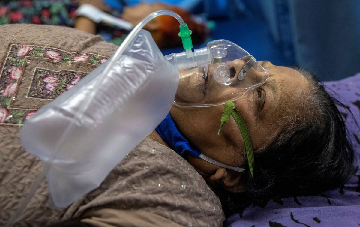 A Covid patient struggles to breathe