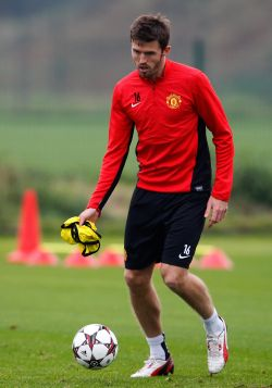 United's Carrick out for up to a month: Reports