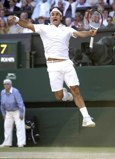 Federer celebrates after defeating Roddick