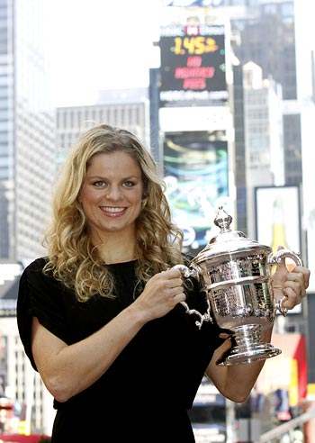 Kim Clijsters poses with the US Open trophy in New York's Times Square