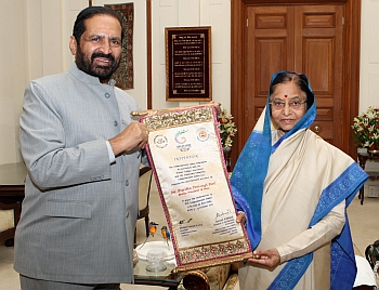 Kalmadi presenting scroll to President Pratibha Devisingh Patil