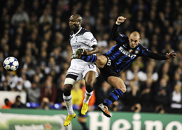 Tottenham Hotspur's William Gallas (left) and Inter Milan's Wesley Sneijder get into an aerial duel during their Champions League match on Tuesday