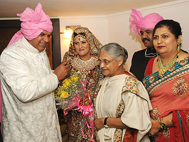 Delhi CM Sheila Dikshit (centre) greets Sushil's bride Savi and Satpal