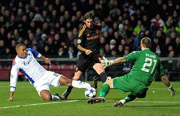 Chelsea's Fernando Torres is challenged by Mathias Zanka Jorgensen (L) and FC Copenhagen's Johan Wiland during the UEFA Champions League