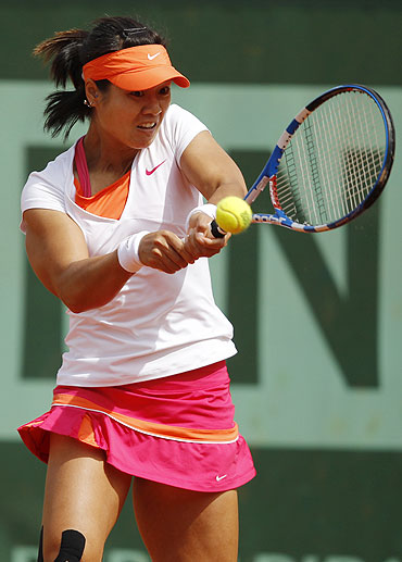 Li Na of China returns the ball to Sorana Cirstea of Romania