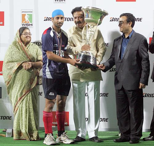 Prabhjot Singh recieves the glittering trophy from Maharashtra Chief Minister Prithviraj Chavan as India's Sports Minister Ajay Maken watches
