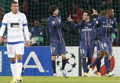 Paris St Germain's Ezequiel Lavezzi (centre) celebrates with teammates