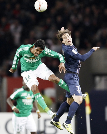 Paris St Germain's Maxwell (right) challenges Saint Etienne's Brandao
