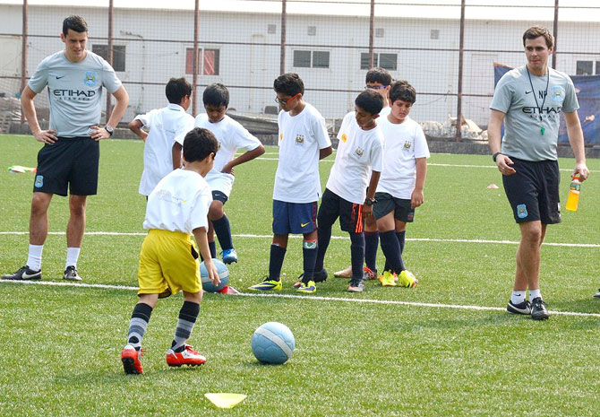 The Man City coaching team trains the kids