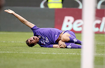 Mario Gomez of ACF Fiorentina is injured during the Serie A match between ACF Fiorentina and Cagliari Calcio