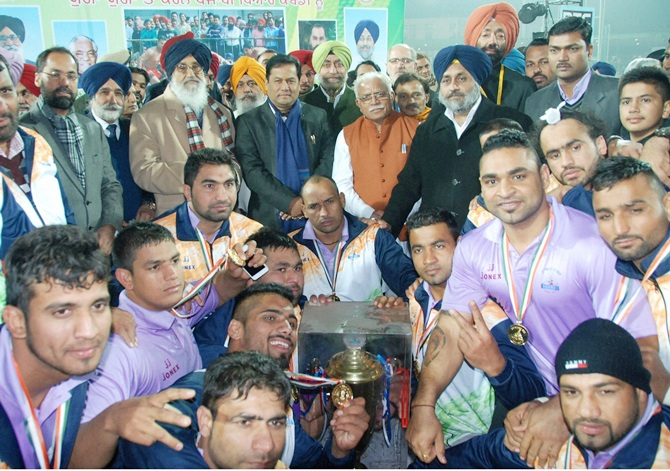 Sports Minister Sarbananda Sonowal, Haryana Chief Minister Manohar Lal Khattar, Punjab Chief Minister Prakash Singh Badal and Deputy Chief Minster Sukhbir Badal with the winning men team of 5th World Kabbadi Cup 2014 at Bathinda on Saturday
