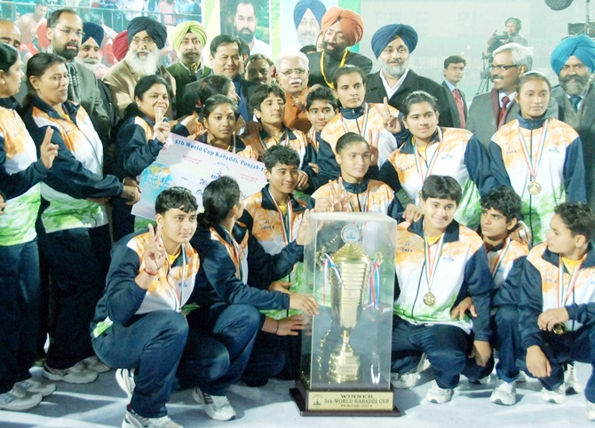 Sports Minister Sarbananda Sonowal, Haryana Chief Minister Manohar Lal Khattar, Punjab Chief Minister Prakash Singh Badal and Deputy Chief Minster Sukhbir Badal with the winning women team of 5th World Kabbadi Cup 2014 at Bathinda