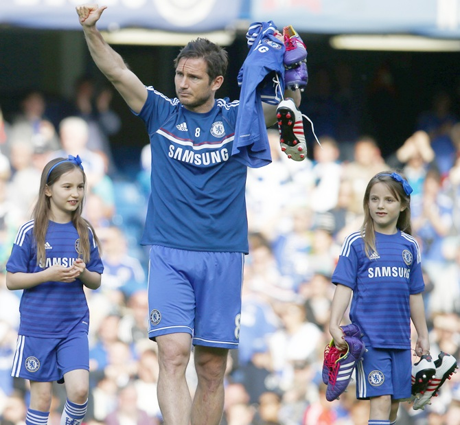 Chelsea's Frank Lampard walks on the pitch with his daughters
