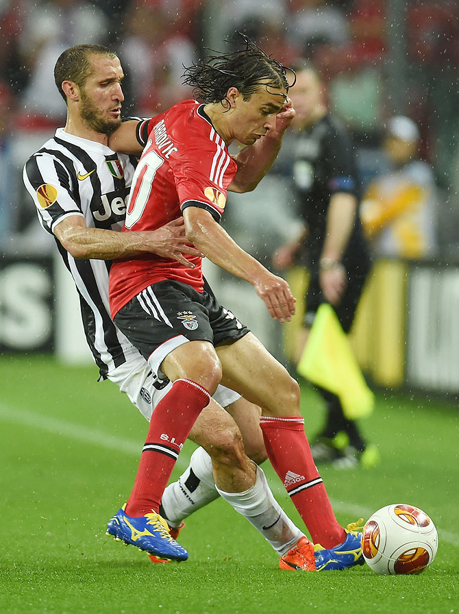 Giorgio Chiellini (left) of Juventus challenges Lazar Markovic of Benfica during their UEFA Europa League semi-final on Thursday