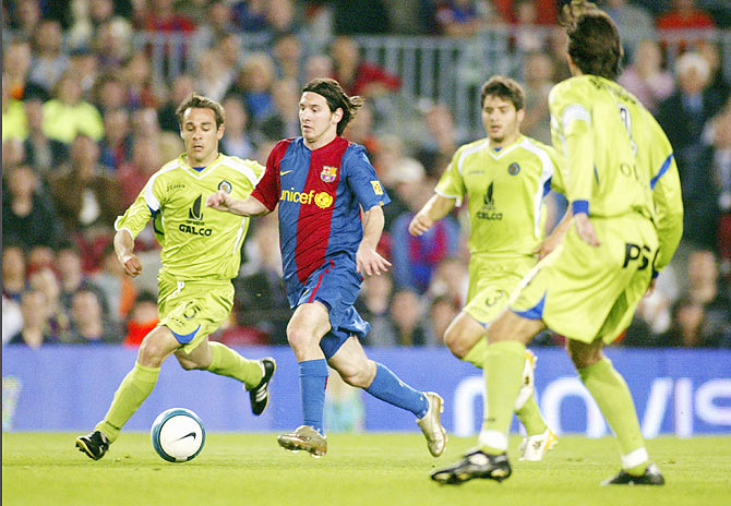 Lionel Messi runs through Getafe players to score during their Copa del Rey match on April 18, 2007