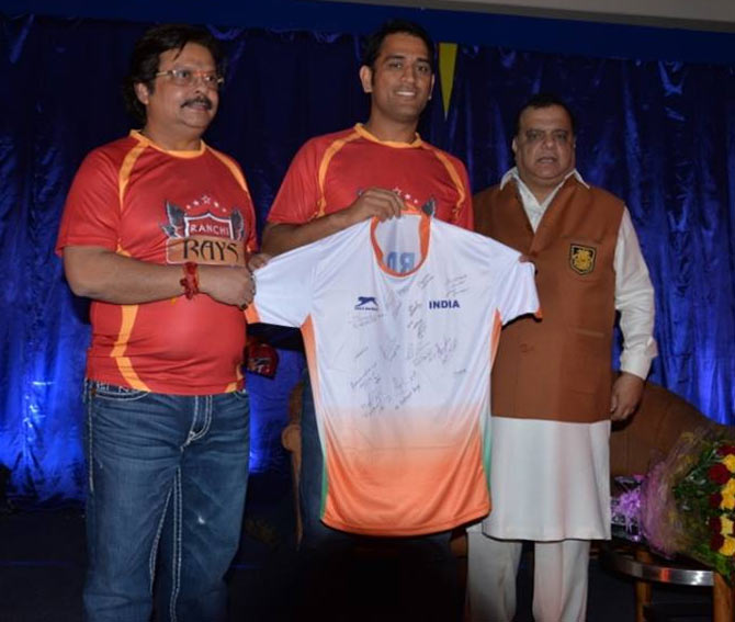 Mahendra Singh Dhoni unveils Ranchi Rays jersey on Saturday