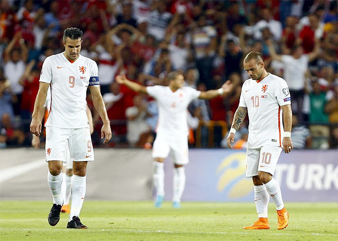 The Netherlands' Robin van Persie (left) and Wesley Sneijder react after Turkey's second goal during their Euro 2016 Group A qualifying match in Konya, Turkey, on Sunday
