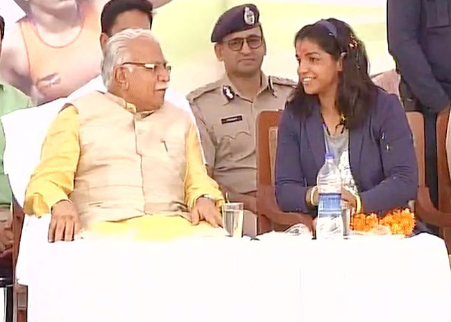 Haryana CM Manohar Lal Khattar has a chat with Sakshi Malik during the latter's felicitation ceremony