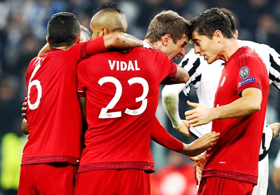 Thomas Muller (second right) of FC Bayern Muenchen celebrates with his team-mate Robert Lewandowski