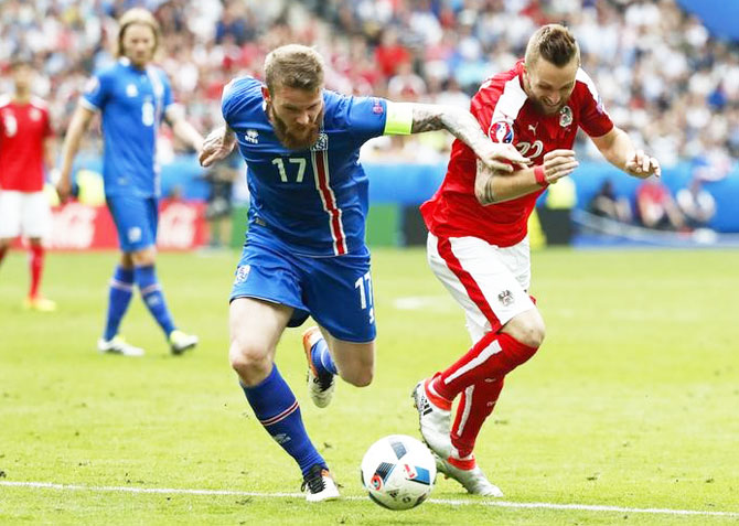Austria's Jakob Jantscher and Iceland's Aron Gunnarsson in action