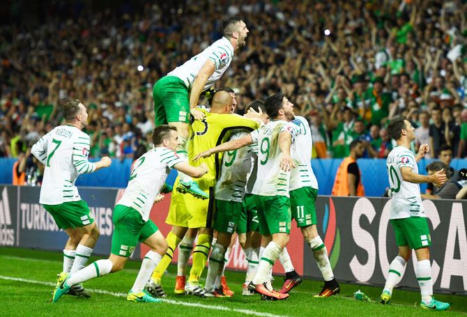 Republic of Ireland players celebrate their team s 1-0 win after their Euro  2016 Group d60c816e83eb5