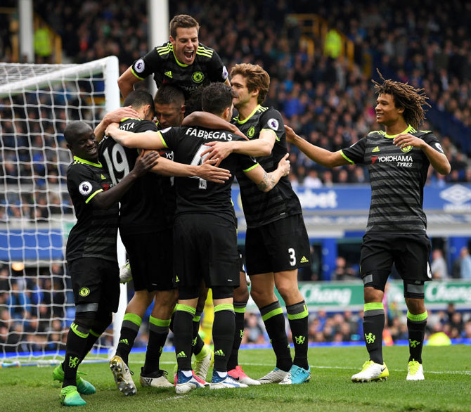Chelsea inch closer to EPL title with win at Everton