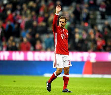 Bayern Munich's Philipp Lahm acknowledges the crowd