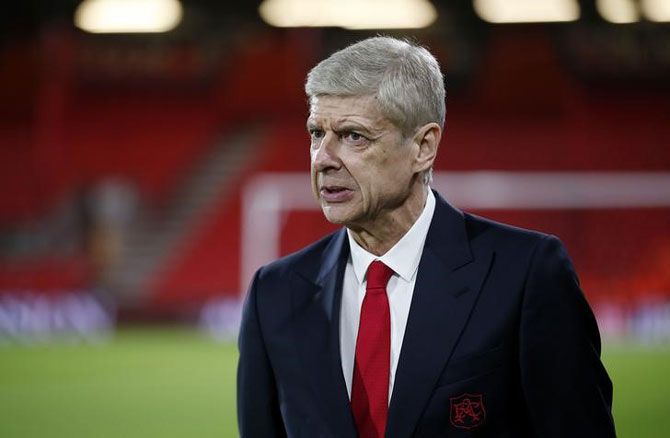 Under fire at Arsenal, Wenger linked to Barcelona move