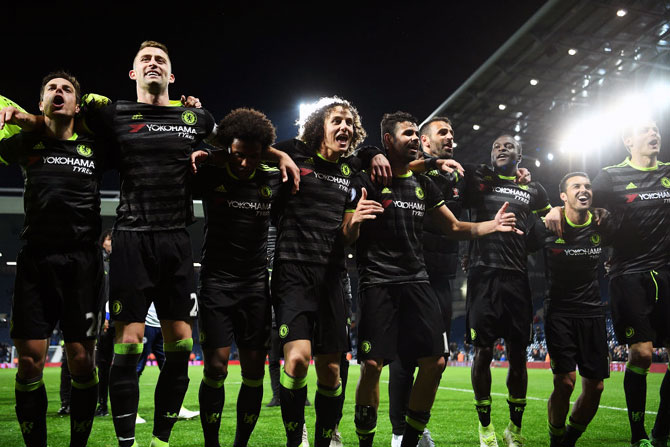 Chelsea score late winner to clinch EPL title