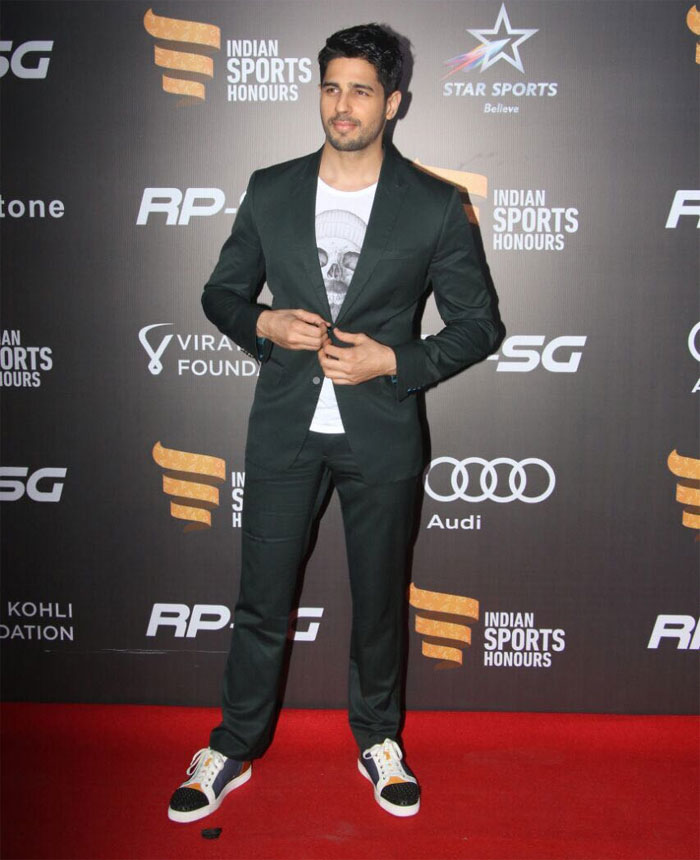 Bollywood actor Siddharth Malhotra keeps it cool with a semi-formal look. Woot! Woot!