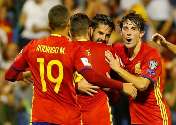 Isco is congratulated by teammates