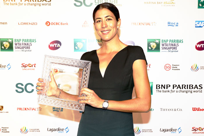 Spain's Garbine Muguruza poses with the 2017 WTA Player of the Year award during the Official Draw Ceremony and Gala of the BNP Paribas WTA Finals Singapore at Marina Bay Sands Hotel in Singapore on Friday