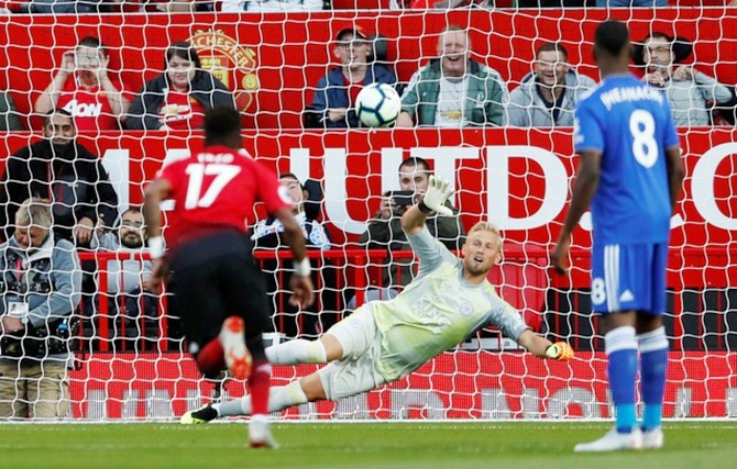 Pogba penalty sets Manchester United on way to win over Leicester