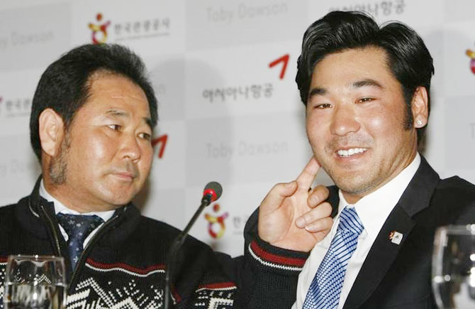 Toby Dawson (right), who was adopted when he was a three-year-old by an American ski instructor couple in Colorado, and his biological father Kim Jae-soo at a news conference in Seoul on February 28, 2007, as they meet for the first time since their parting