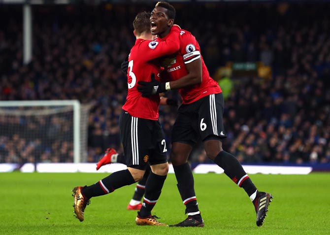 PHOTOS: United ease past Everton, Liverpool clinch late win