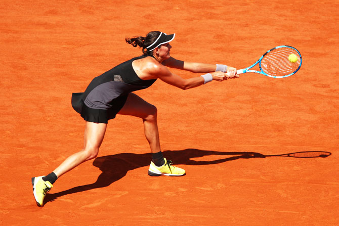 Garbine Murguruza plays a backhand return against Simona Halep