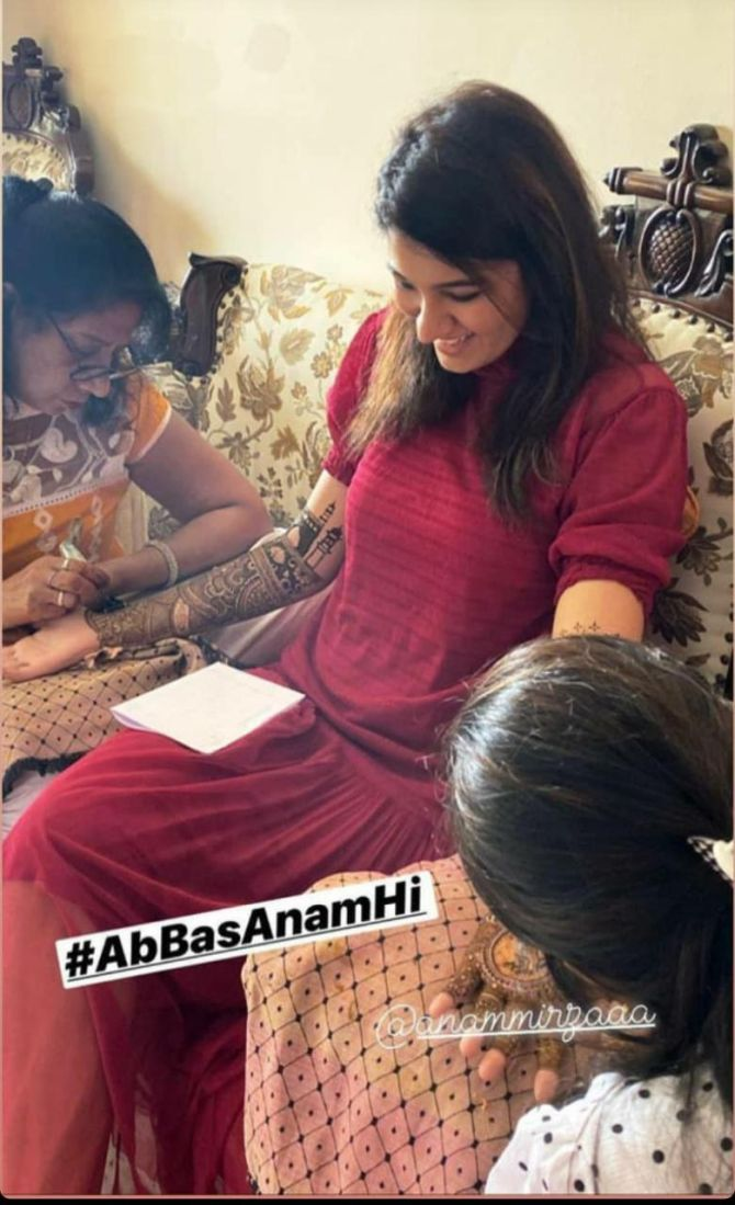 Anam Mirza is all smiles as mehendi artists get to work
