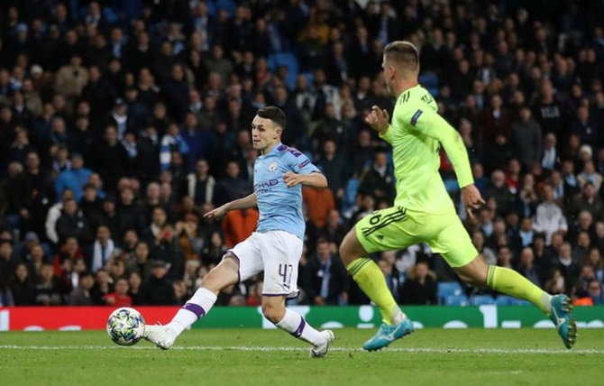 Phil Foden scores Manchester City's second goal against Dinamo Zagreb.